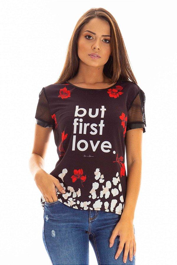T-Shirt Bana Bana Estampada Com Tela e Couro Sintético Preto