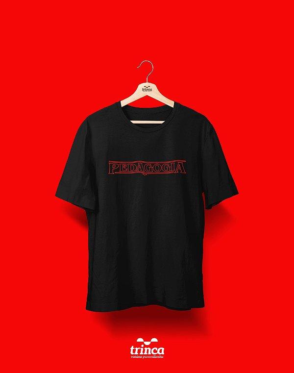 Camiseta Universitária - Stranger Things - Pedagogia - Basic