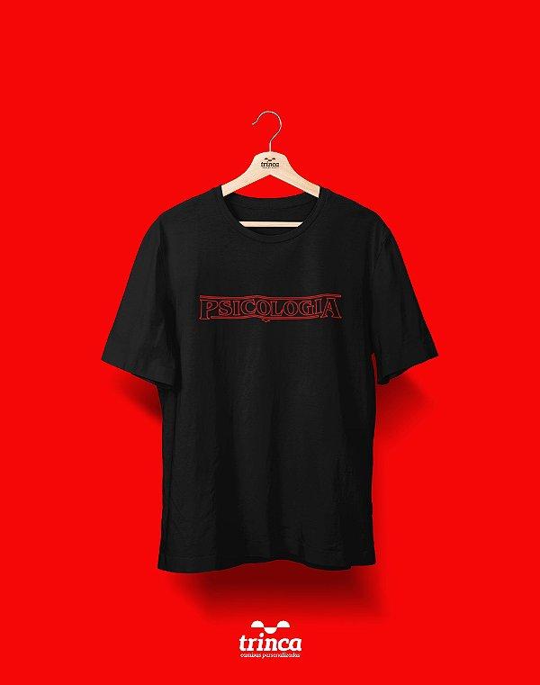 Camiseta Universitária - Stranger Things - Psicologia - Basic