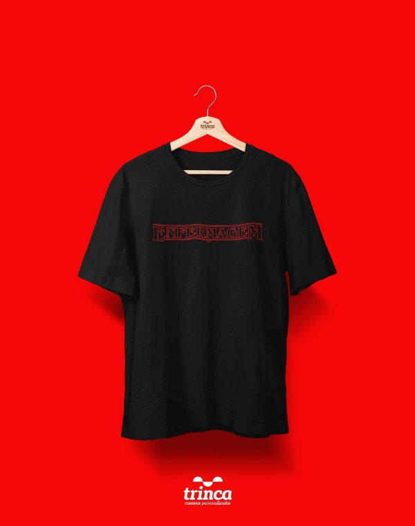 Camiseta Universitária - Stranger Things - Enfermagem - Basic