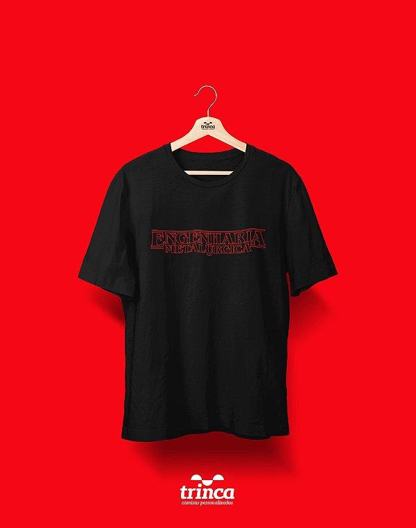 Camiseta Universitária - Engenharia Metalúrgica - Stranger Things - Basic