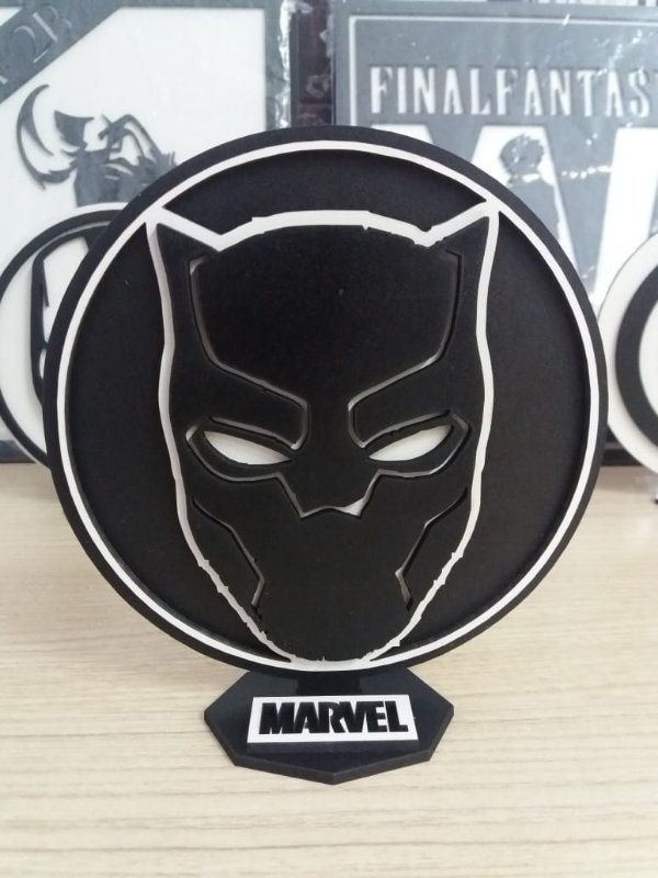 Brasão em MDF P&B Marvel Pantera Negra 14,5 x 15,0 cm