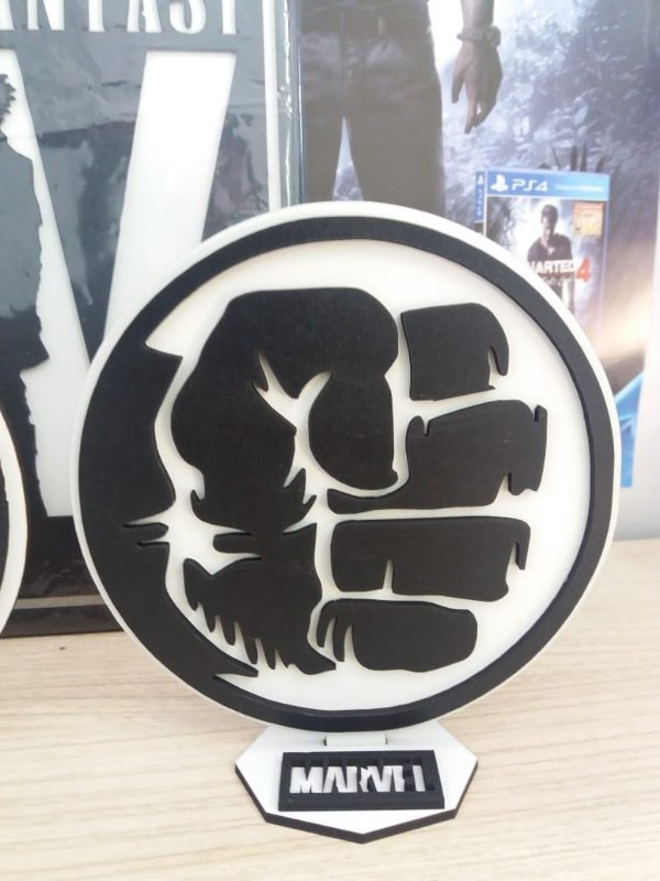 Brasão em MDF P&B Marvel Hulk 14,5 x 15,0 cm