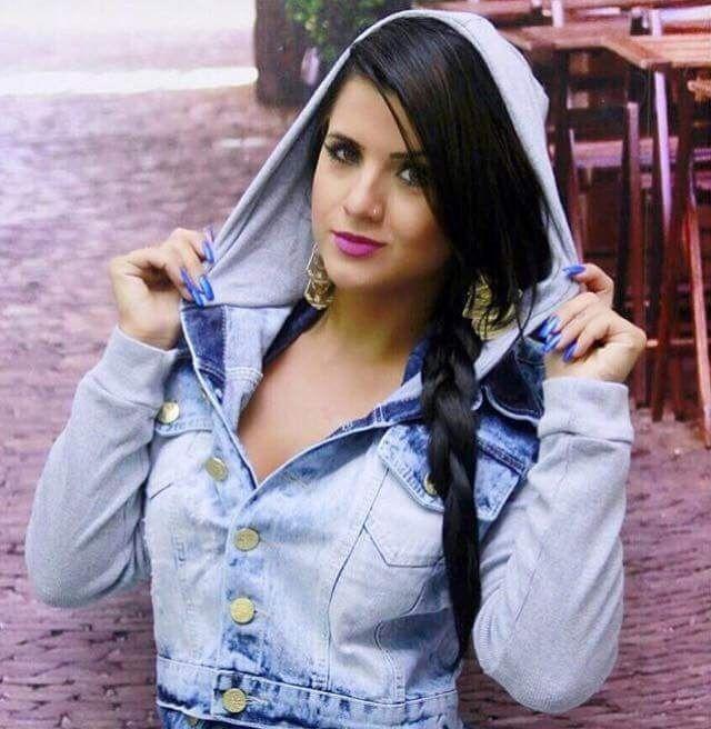 Jaqueta jeans curtinha com manga e capuz em moletom