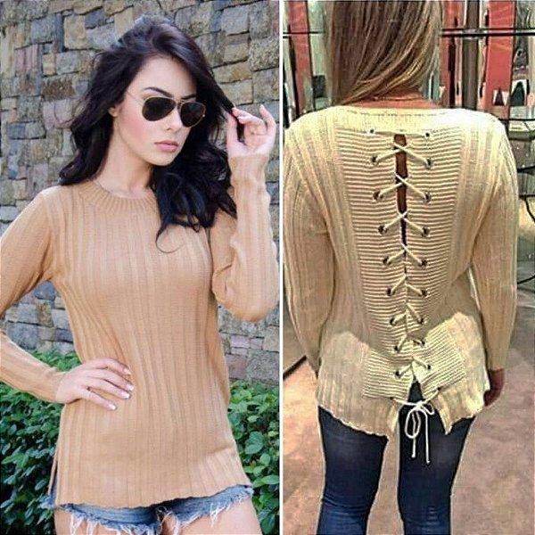 Blusa de tricô com ilhós nas costas