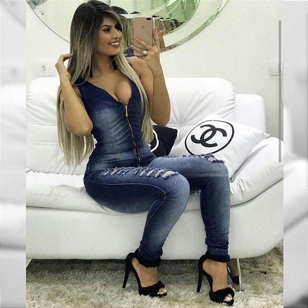 Macacão Jeans escuro com ziper e desfiado nas pernas