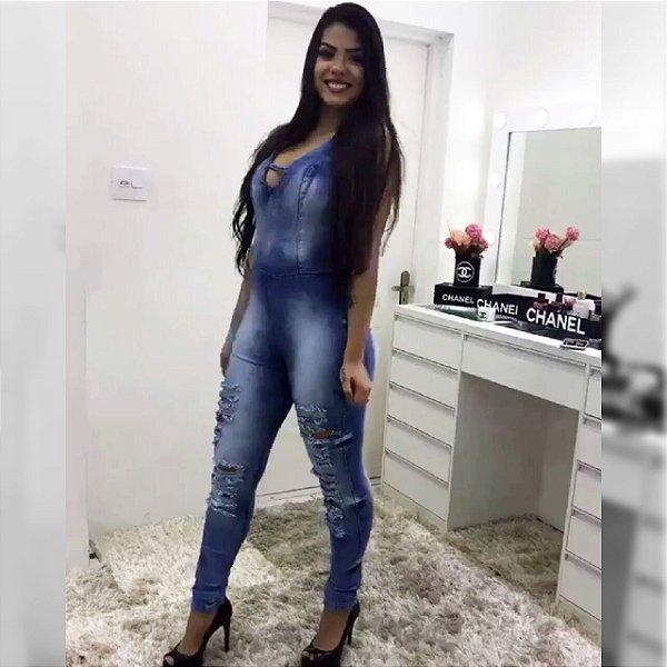Macacão jeans escuro com as costas aberta