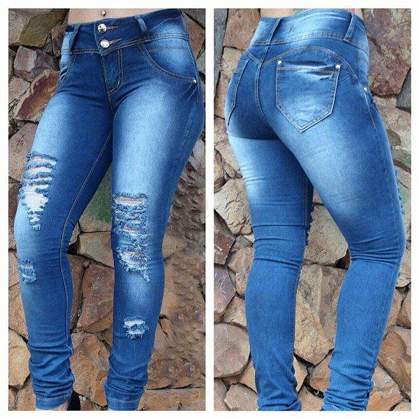 Calça jeans basica com rasgo no Joelho