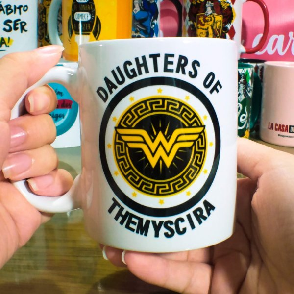 Caneca Mulher Maravilha - Daughters of Themyscira