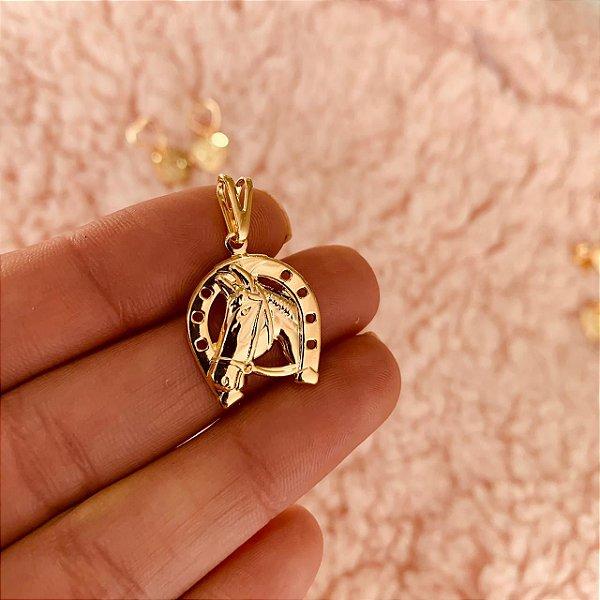 Pingente ferradura com rosto de cavalo folheado em ouro 18K