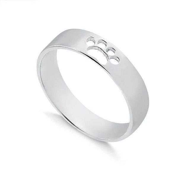 Anel em formato de aliança com pata vazada em prata