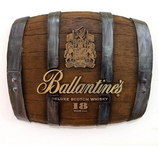 Barril Horizontal de parede em fibra decorativo - Ballantines Whisky