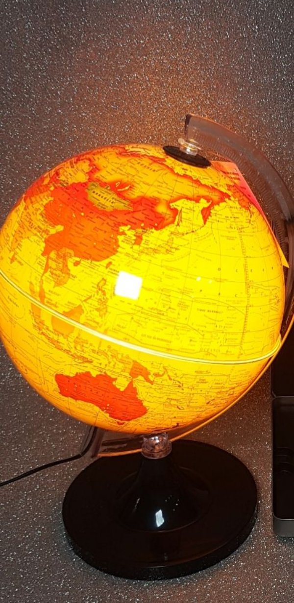Globo terrestre 21 cm aquarela amarelo led Branco, base preta -Libreria