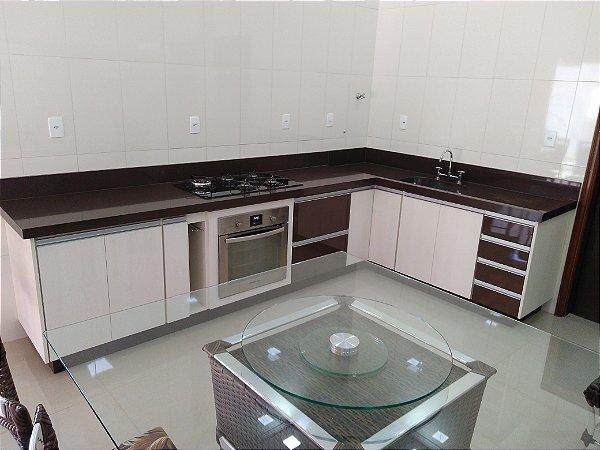 Cozinha Confeccionada em MDF em Rovere Bianco da Masisa e MDF Cristallo Trufa da Duratex.