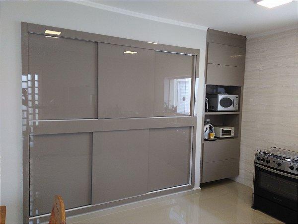 Cozinha Planejada Sob Medida em MDF Cristallo Gianduia da Duratex e MDF Branco Texturizado da Masisa.