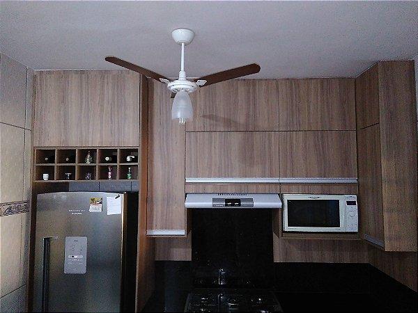 Cozinha Planejada Sob Medida em MDF Larnaca da Duratex e MDF Branco TX da Masisa.