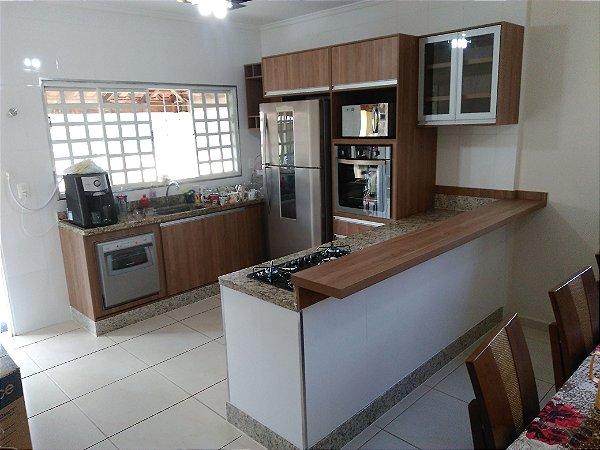 Cozinha Planejada Sob Medida em MDF Canelato da Arauco e MDF Branco TX da Masisa.