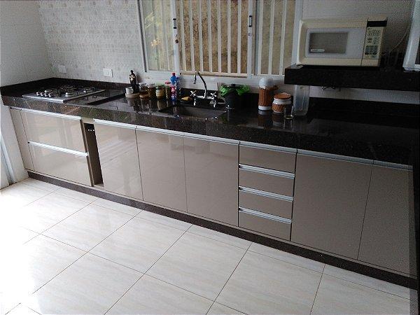 Cozinha Planejada sob Medida em MDF Branco Lacca e MDF Gianduia.