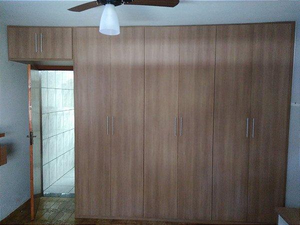 Dormitório Planejado sob Medida em MDF Noce Amêndoa e MDF Branco TX.