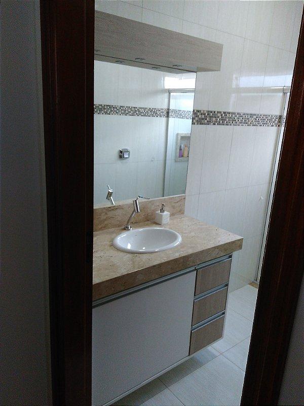 Banheiro Planejado Sob Medida em MDF Branco TX e MDF Santana.