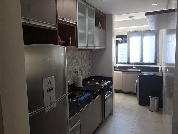 Cozinha e Lavanderia Planejadas sob Medidas em MDF Branco Lacca, Carvalho Hanover e Gainduia.
