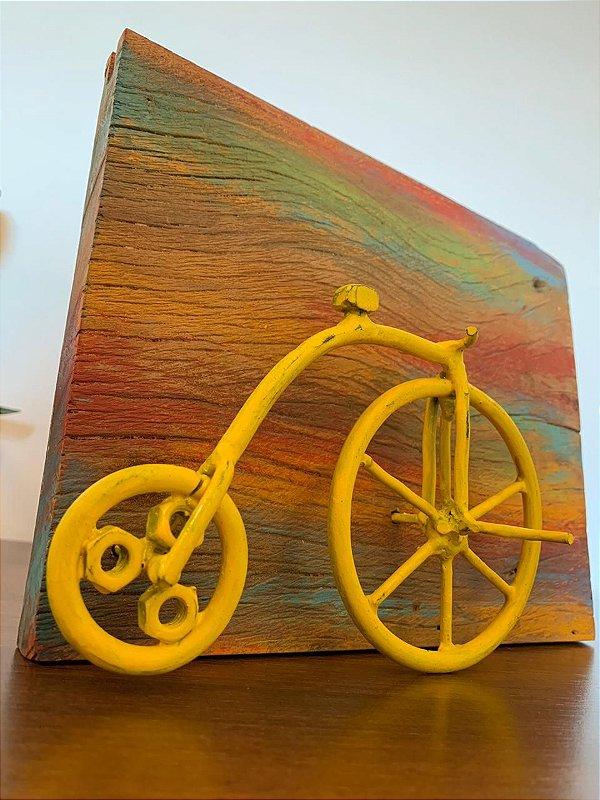 Quadro madeira demolição com bicicleta amarela | Pedalemos