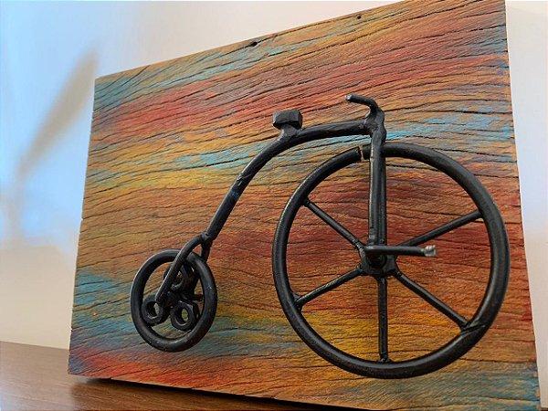 Quadro madeira demolição com bicicleta preta | Pedalemos