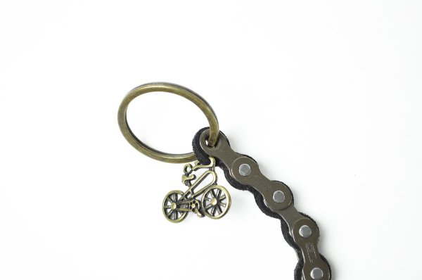 Chaveiro bicicleta corrente bronze com couro preto | Pedalemos