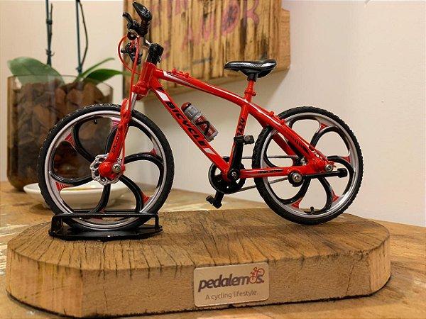 Miniatura Bike MTB com base de madeira de demolição - Vermelha