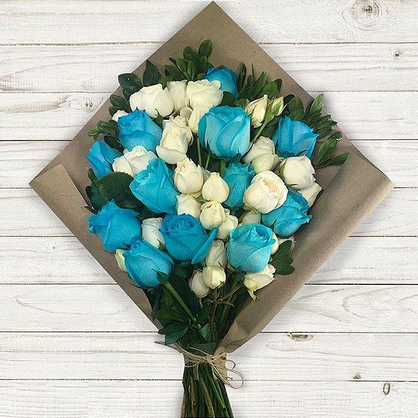 Buquê Colore com Mix de Rosas Azuis e Brancas