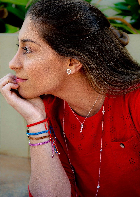 Foto das peças em prata da Yvirá, destaque para os brinco em prata, colar em prata e pulseiras com prata 925  - Pense diferente, pense Yvirá