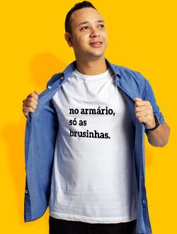 Camiseta com Frase - No armário, só as brusinhas