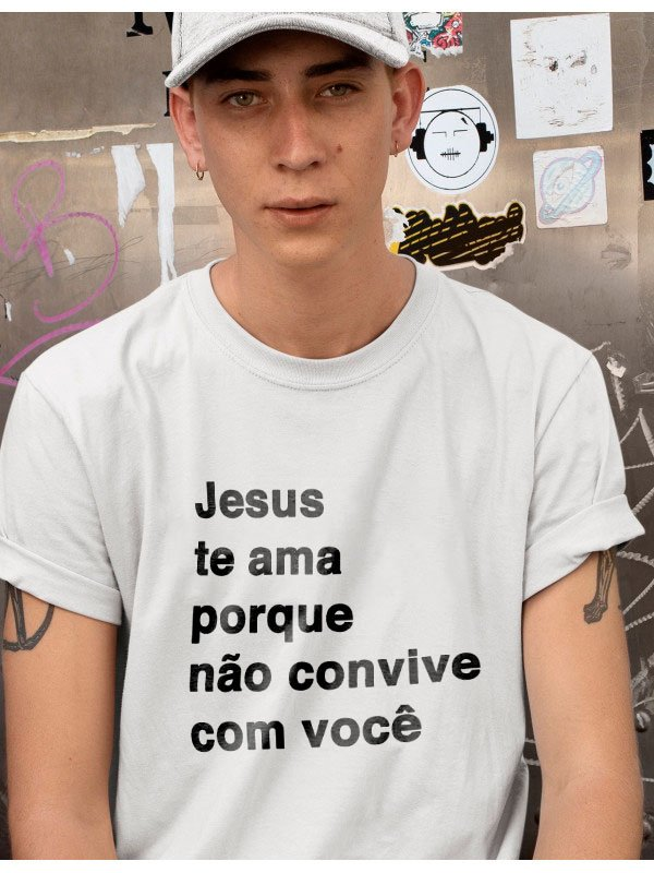 Camiseta com Frase - Jesus te ama, porque não convive com você