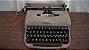 Antiga Máquina De Escrever Ramington Pequena - Imagem 3
