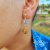 Brinco Capim Dourado C/ Pedra Natural Howlita Branca Cód. B408 - Hipoalergênico - Imagem 1