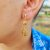 Brinco Capim Dourado C/ Pedra Natural Jaspe Madeira Cód. B411 - Hipoalergênico - Imagem 1
