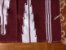 Tapetinho de bico lateral vinho e branco - Imagem 2