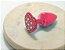 Plug Vermelho Com Pedra de Coração Cravejada Em Strass HA136V  Metal. Medidas: 6,5 cm de Comprimento  3 cm de diâmetro - Imagem 1