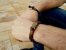 Pulseira masculina de couro marrom liso e trançado - Imagem 2
