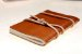 Caderno artesanal de couro caramelo formato A6 Bodoque - Imagem 3