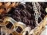 bolsa em fio de malha marrom e bege ponto pipoca com duas correntes uma de resina curta e uma longa dourada - Imagem 4