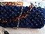 bolsa em fio de seda azul marinho ,em ponto pipoca com duas correntes uma em tartaruga ,a outra de metal . - Imagem 1