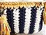bolsa  em fio de malha branco e azul marinho e detalhes  na cor mostarda .Possue uma corrente grande em ouro velho. - Imagem 3