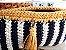 bolsa  em fio de malha branco e azul marinho e detalhes  na cor mostarda .Possue uma corrente grande em ouro velho. - Imagem 2