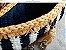 bolsa  em fio de malha branco e azul marinho e detalhes  na cor mostarda .Possue uma corrente grande em ouro velho. - Imagem 4
