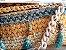 bolsa em fio de malha e fio de lã ,com detalhes em pedras e tassel .Corrente comprida de resina cor marfim - Imagem 2