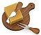 KQ262 -  Kit queijo com 03 peças: faca, garfo e tábua de madeira com alça. Embalagem presenteável de papel kraft. - Imagem 1
