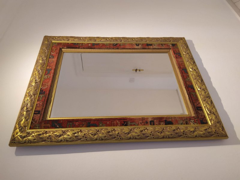 Espelho grande com bisotê , moldura entalhada folhada a ouro