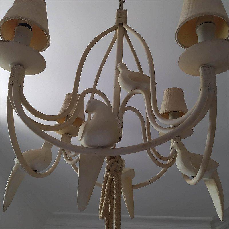 Lustre importado de ferro com policromia bege com cinco pombinhos de madeira com quatro lâmpadas cúpulas e pingente de tecido