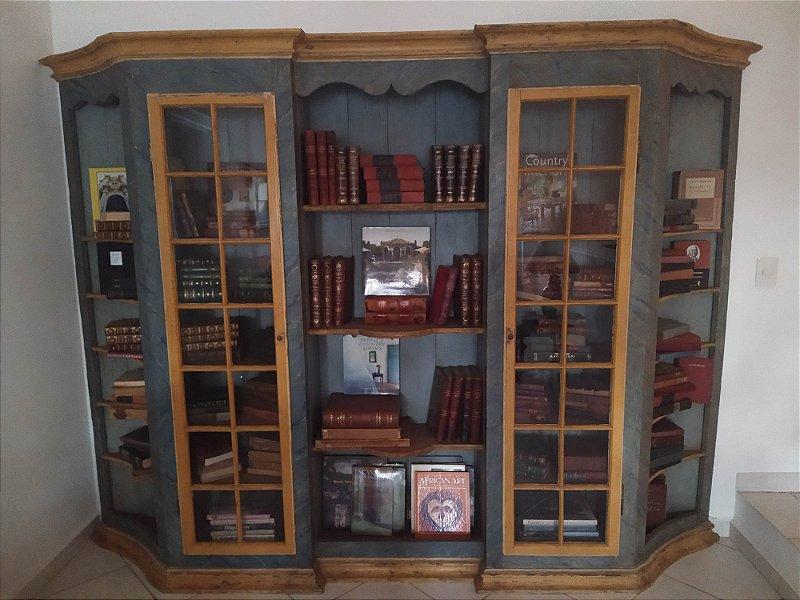 Vitrine  de farmácia antigo, mineiro com policromia azul hortência e amarelo mustarda , um nicho central e dois laterais ,duas portas vitrines quadrados ,frontão superior e base recortada em mandeira  entalhada,
